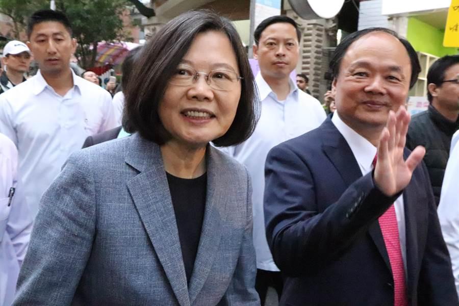 對於媒體提問民進黨內初選問題,蔡英文沒有任何回應。(吳亮賢攝)