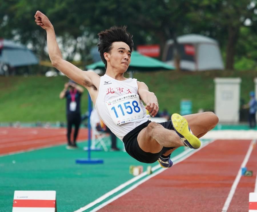 北市大學林佳興跳出8公尺07,首度摘金。(全大運提供)