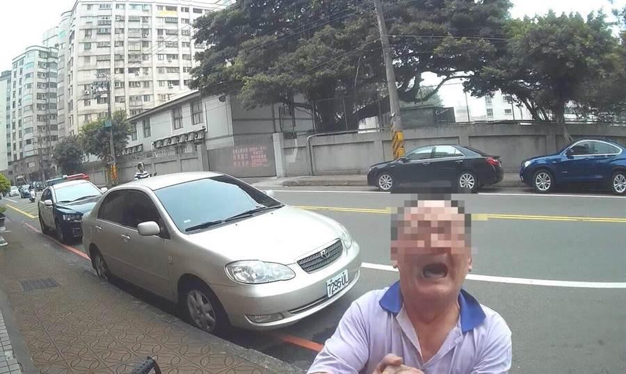 男子不知所措在路邊嚎啕大哭。(邱立雅翻攝)