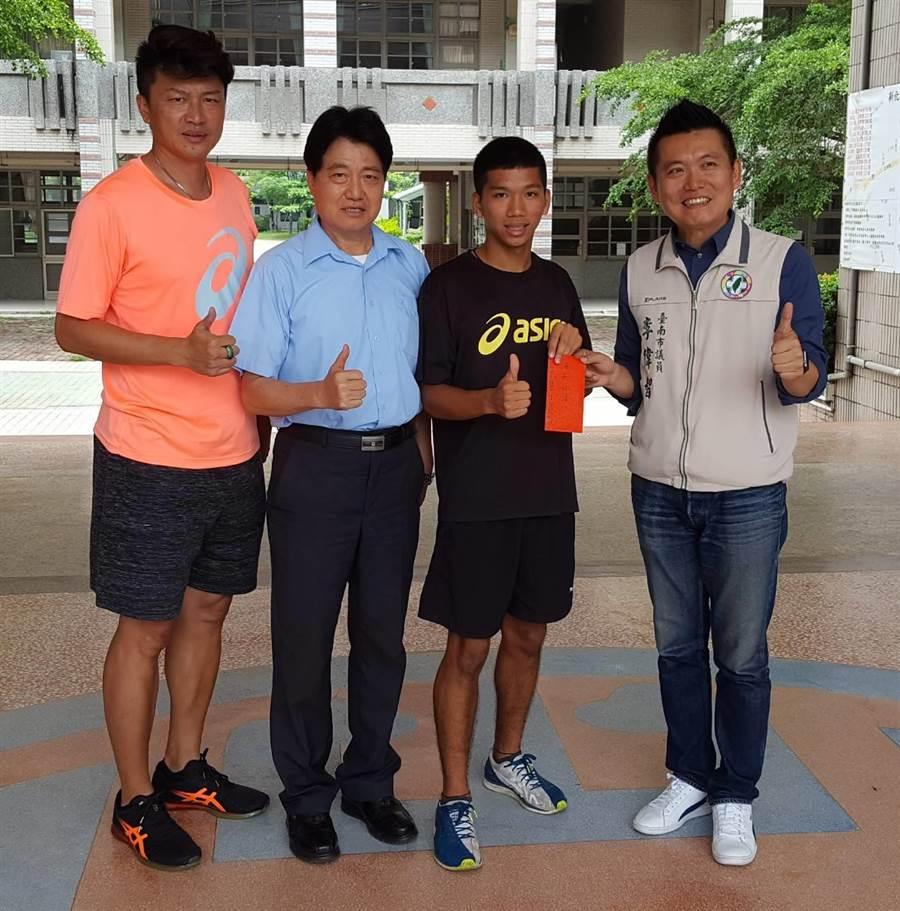 選手魏浩倫(右二)在新化國中受頒紅包鼓勵,教練胡文瑜(左一)與新化國中校長韓國華(左二)到場陪同。圖一(魏景瀚攝)