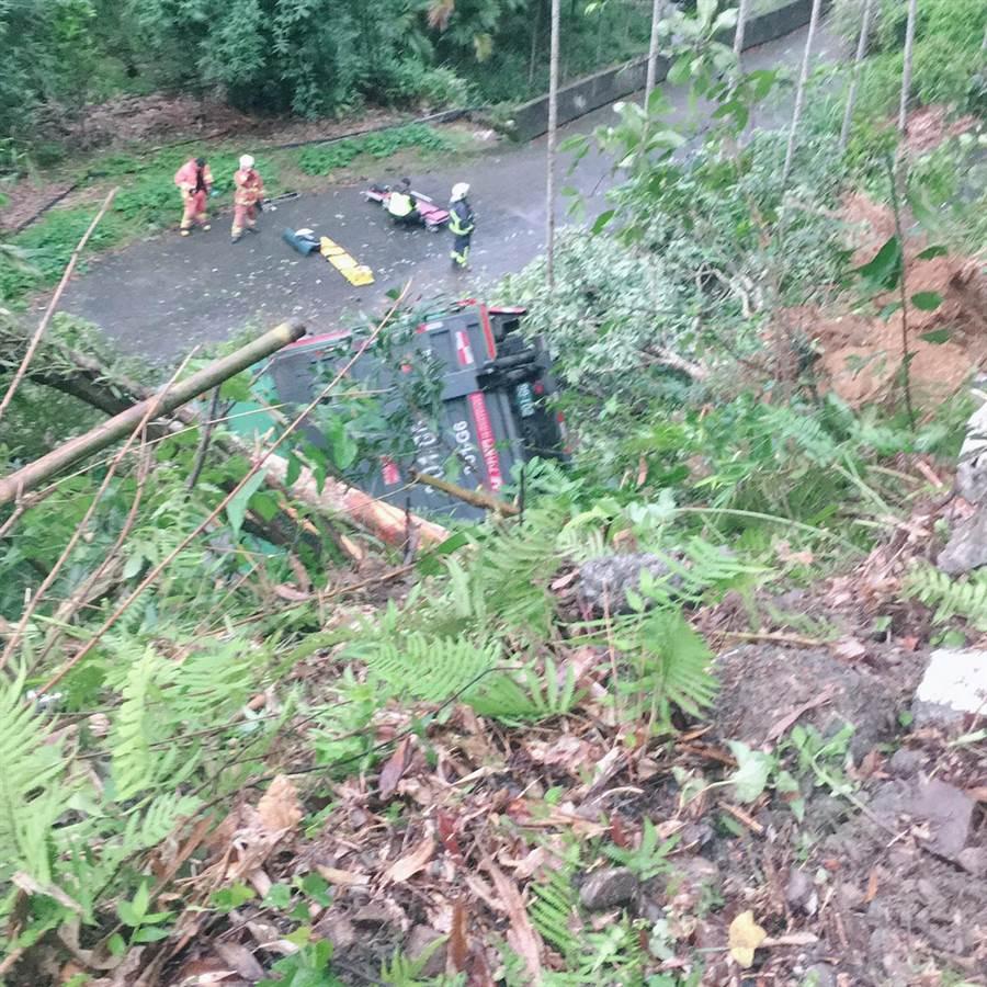 大貨車撞毀路邊護欄墜落邊坡。(王揚傑翻攝)
