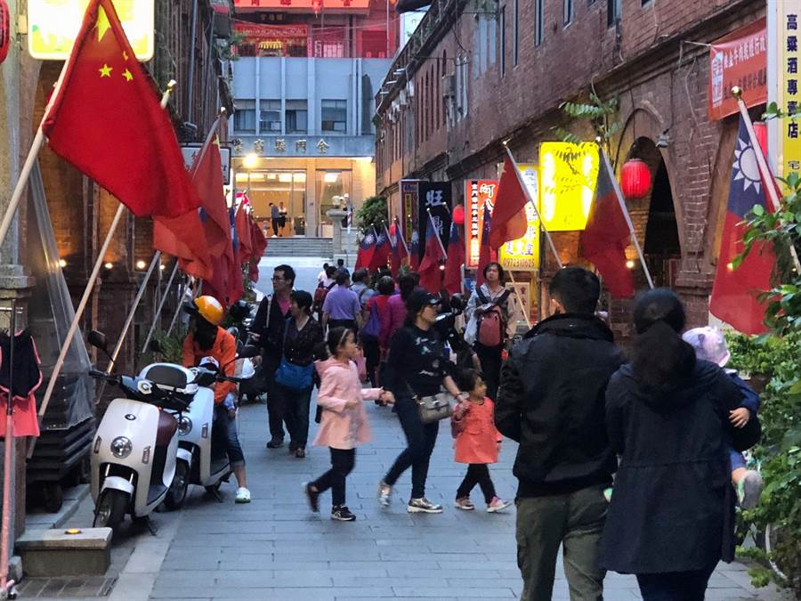 大陸「五一」小長假起跑,金門模範街湧現陸客人潮。(李金生攝)