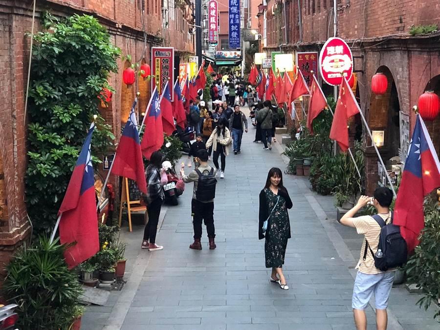 一邊掛著青天白日滿地紅國旗,一邊則掛著五星期的模範街,是對岸遊客的必訪和打卡景點。(李金生攝)