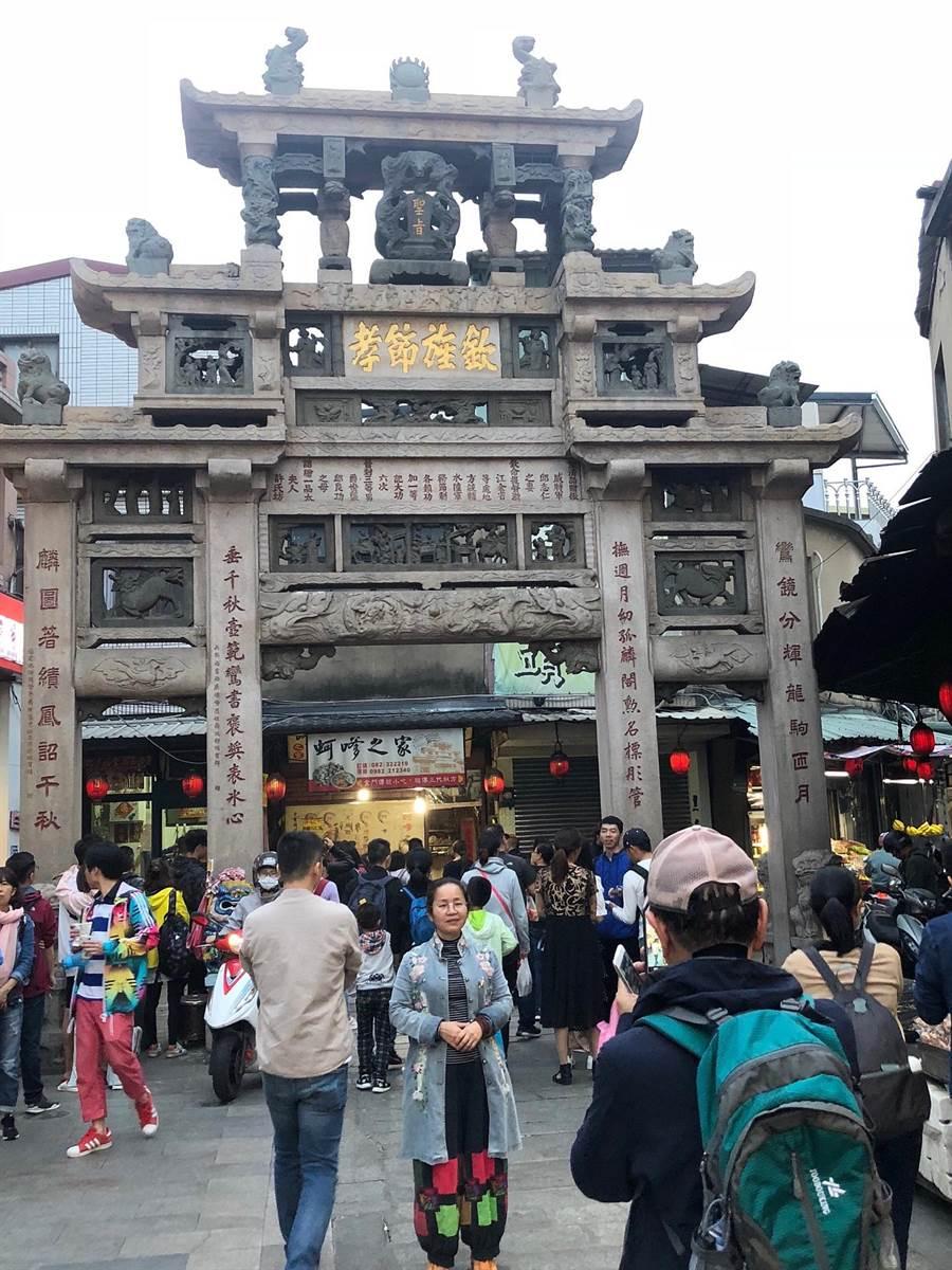 大陸遊客穿梭金門街道,「邱良功母節孝坊」一帶小吃攤更是人潮不斷。(李金生攝)