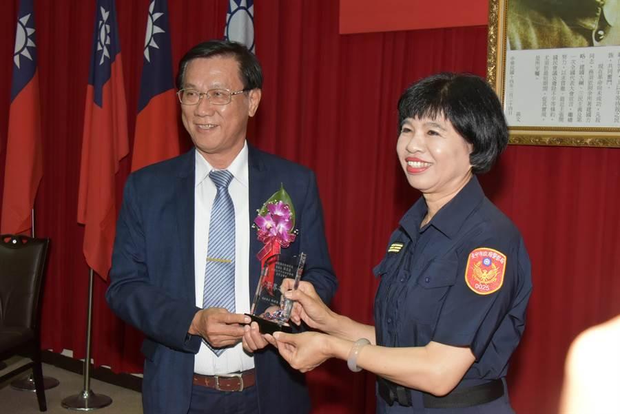 林明溱致贈「警界之光」獎牌給張慈慧,感謝她對南投治安的貢獻。(廖志晃翻攝)