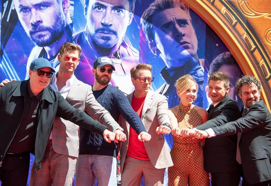 漫威元老演員小勞勃道尼(中)、克里斯伊凡(左三起)和克里斯漢斯沃都簽訂特殊分紅條款。(法新社)