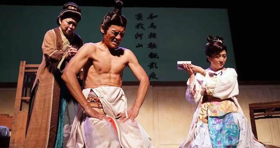 方芳飾演的岳母(左起)在夏靖庭刺字,楊麗音飾演岳飛妻子。(全民大劇團提供)