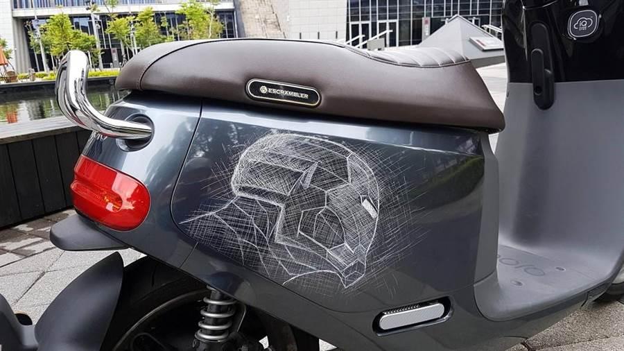 網友愛車被刮花,他用線條刻畫出維妙維肖的鋼鐵人造型,強勢復仇。(翻攝Dcard)