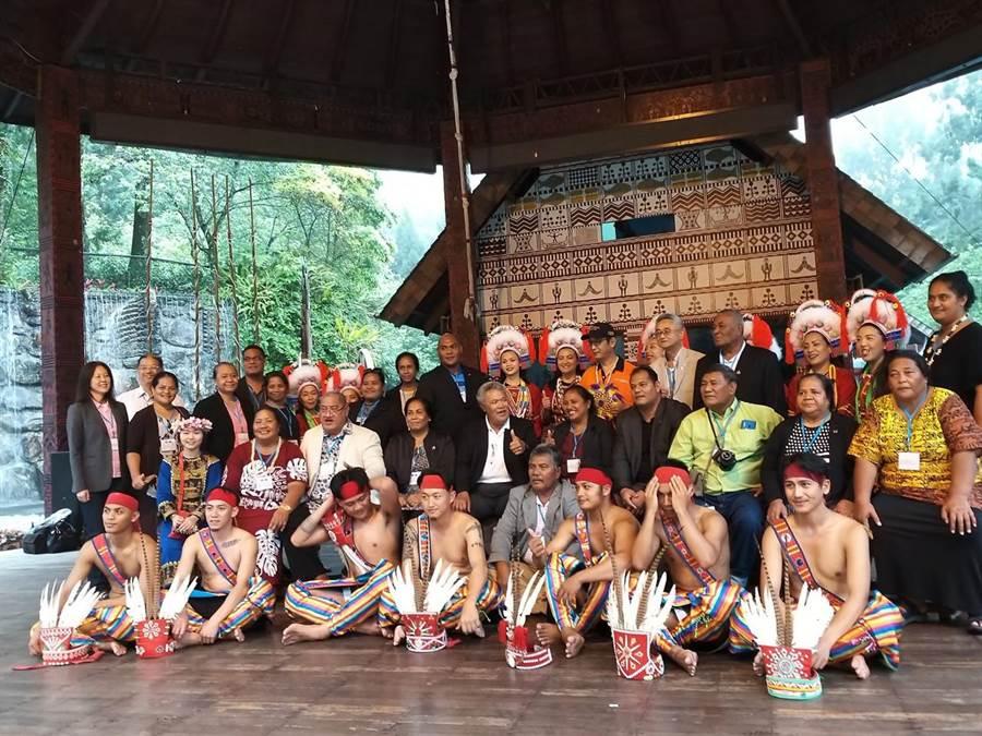 吐瓦魯與同屬南島語系民族的原住民相見歡。(廖志晃攝)