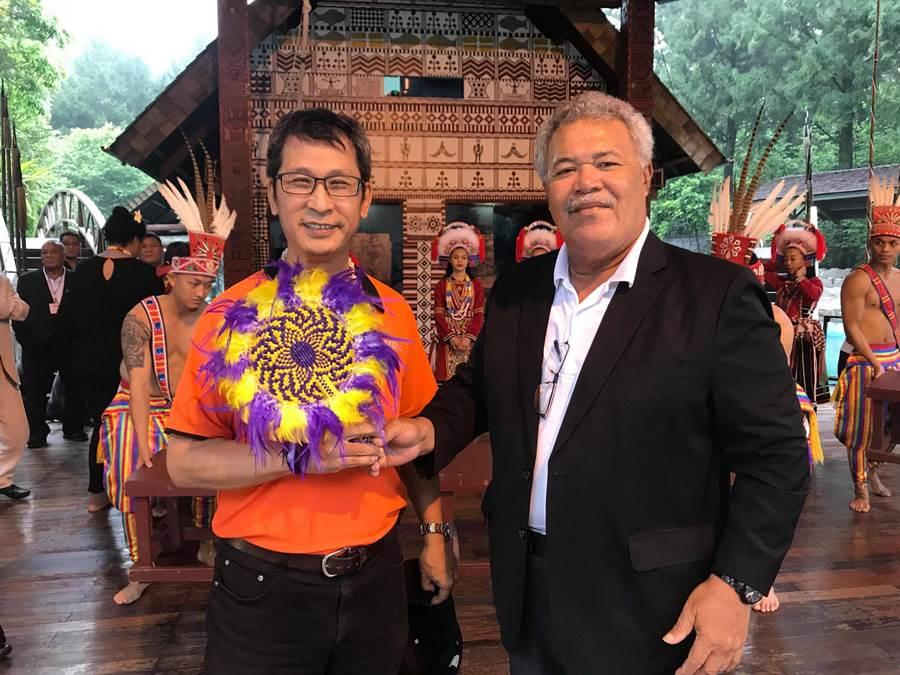 索本嘉與黃瑞奇(左),互贈紀念品。(廖志晃攝)