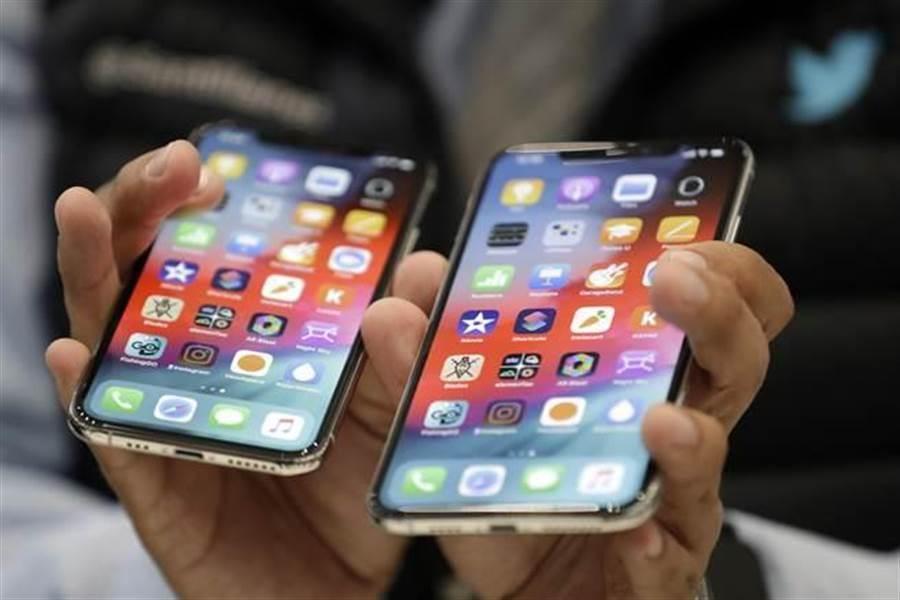 有消息傳出,蘋果將採用micro-LED螢幕,降低三星OLED螢幕依賴,可望造福相關的台廠供應鏈。(圖/美聯社)