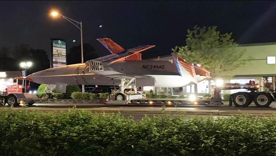 波音的MQ-25無人機在夜間的聖路易街道上緩慢的拖運,前往機場進行地面測試。(圖/READER SUBMISSION)