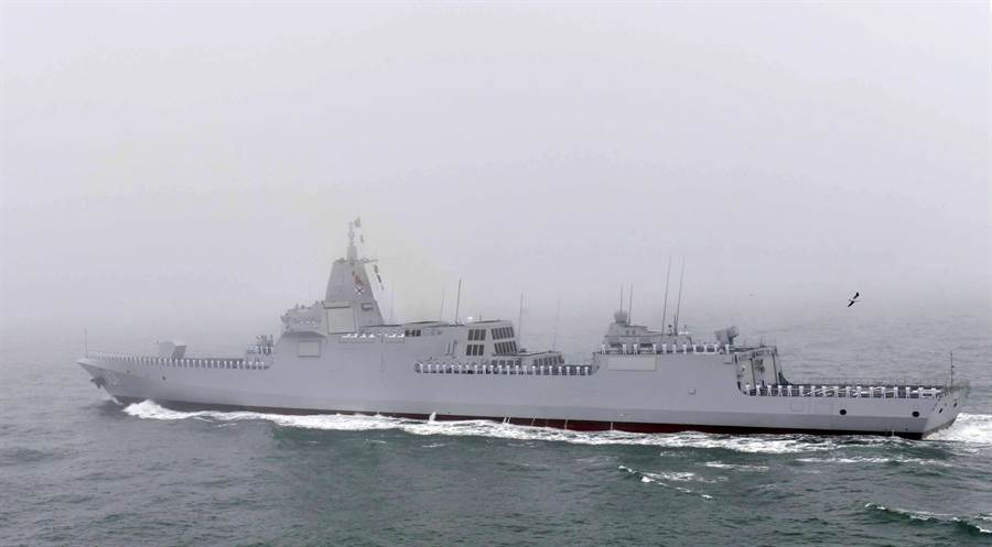 被大陸期待已久的055大型驅逐艦正式在青島國際閱艦式上亮相,可惜當日大霧瀰漫,原預計可以展現壯盛軍威的檢閱儀式都成了霧中行舟。圖為055型首艦南昌號受檢閱。(圖/新華社)
