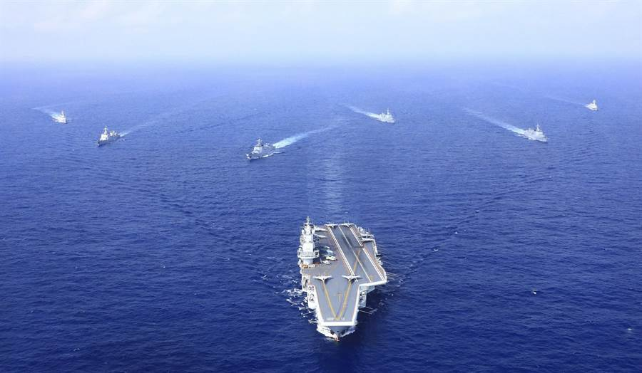中共055大型驅逐艦加入航母編隊後,編隊內原有的052、054等各型導彈護衛艦功能將進行較大調整。圖為2018遼寧艦航母編隊進行遠海訓練。(圖/新華社)