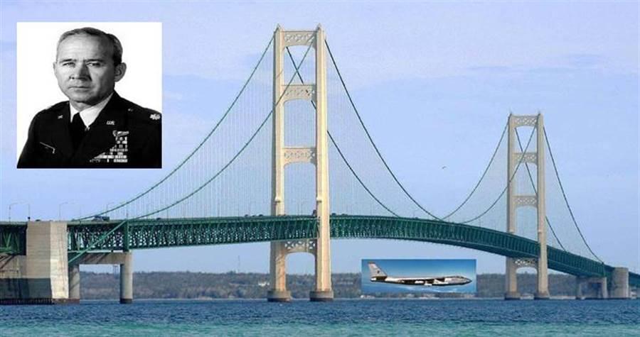 約翰‧列普上尉在60年前駕駛B-47轟炸機穿過麥基諾大橋。(圖/fighterjetsworld)