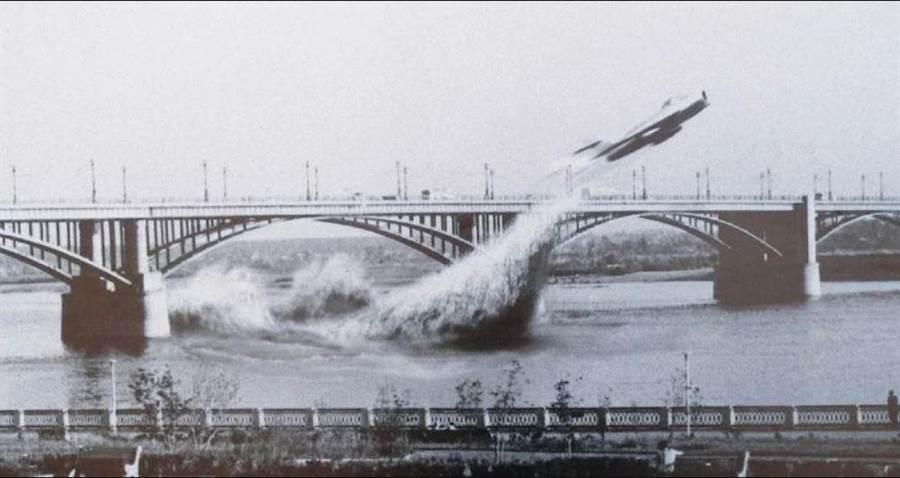 1965年6月3日,瓦倫丁‧普里瓦洛夫駕駛MiG-17 穿越十月鎮大橋的橋洞,不過這張圖片是合成的「意示圖」,在特技發生時,根本來不及留下照片。(圖/網路)