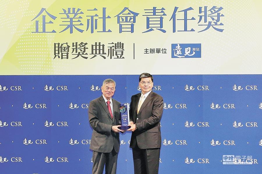 經濟部長沈榮津(左)4月30日頒發CSR年度大調查金融保險業首獎給國泰金控,由總經理李長庚(右)代表領獎。圖/公司提供