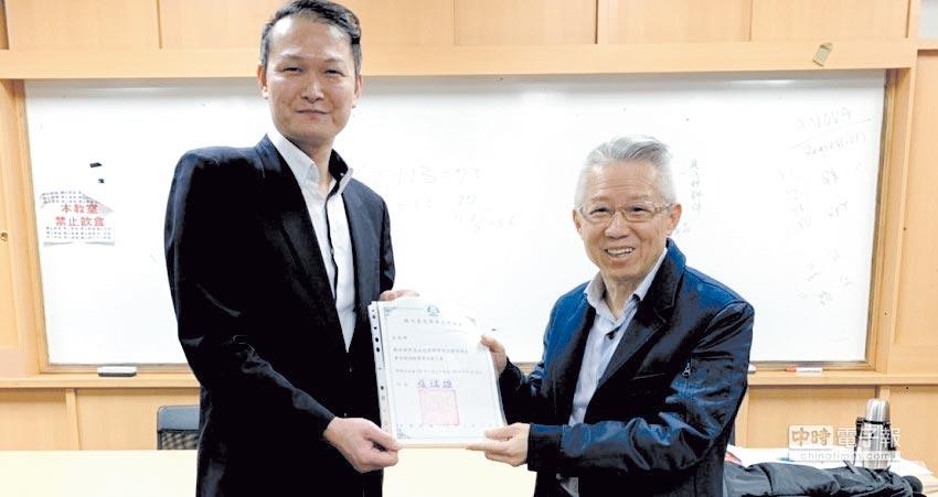 台北商業大學企業管理系主任張旭華(左)頒發教師聘書給康和證券集團會長鄭世華(右)。圖/鄭世華提供