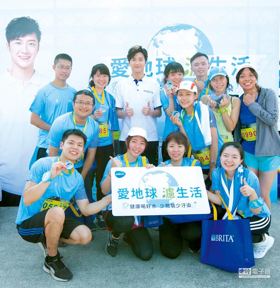 江宏傑呼籲「愛地球、濾生活」,在居家生活或運動時刻,建議使用BRITA濾水壺取代飲用瓶裝水。圖/BRITA提供