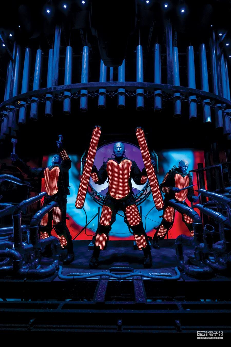 藍人樂團三個人全身塗滿藍色油漆,搭配肢體與燈光音效呈現科技感十足的表演。