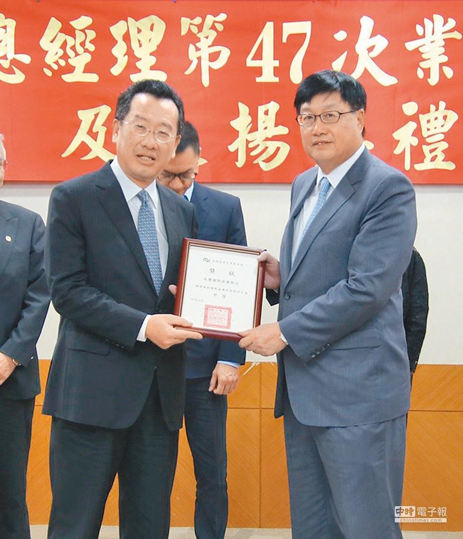 金管會主委顧立雄(左)頒獎,兆豐銀行總經理蔡永義(右)出席受獎。圖/兆豐銀行提供