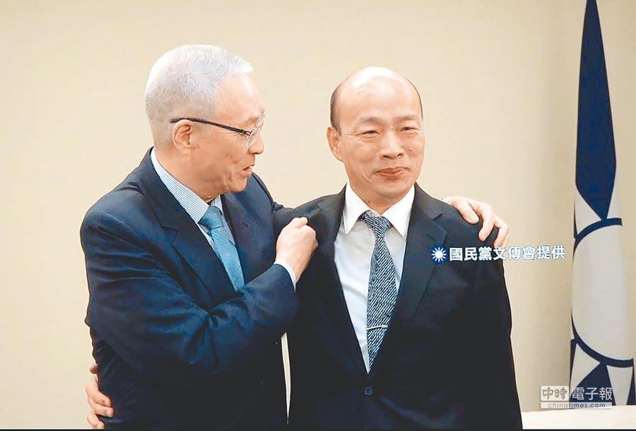 高雄市長韓國瑜(右)與國民黨主席吳敦義(左)會面,互動熱絡,黨務人員替兩人拍合照時,要兩人靠近一點,稍微「抱一下」,韓國瑜笑說「兩個老男人要怎麼抱?怪怪的」,吳敦義則回「你只是小男人,我70了,70對60!」(國民黨文傳會提供)