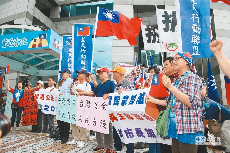 關心「吳韓會」的民眾昨日下午前往國民黨中央,表達支持韓國瑜,並在場外不斷高喊「選總統」。(王英豪攝)