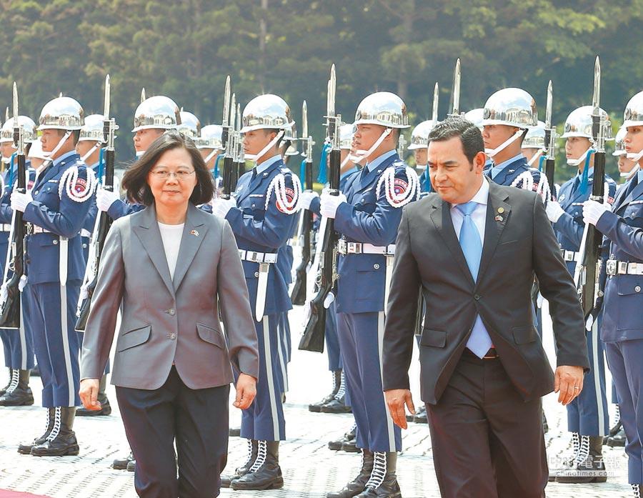 蔡英文總統(左)主持軍禮歡迎瓜地馬拉共和國總統莫拉雷斯(右)訪台。(陳怡誠攝)