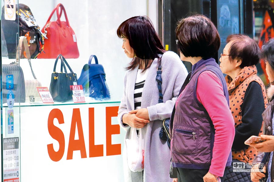 主計總處公布今年首季GDP概估值為1.72%,消費成長不如預期。圖為坊間大打促銷價格戰,吸引消費者選購。(黃世麒攝)