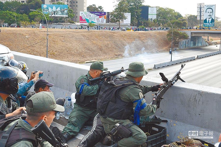委內瑞拉軍事政變!擁護政府和反對黨的軍人緊張對峙。圖為擁護反對黨的軍人在軍事基地要道前設立據點。(法新社)
