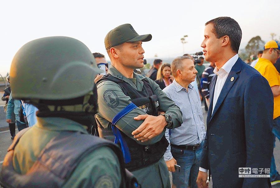 委反對黨領袖,自封為總統的瓜伊多出現在空軍基地和支持他的軍人交談。(路透)