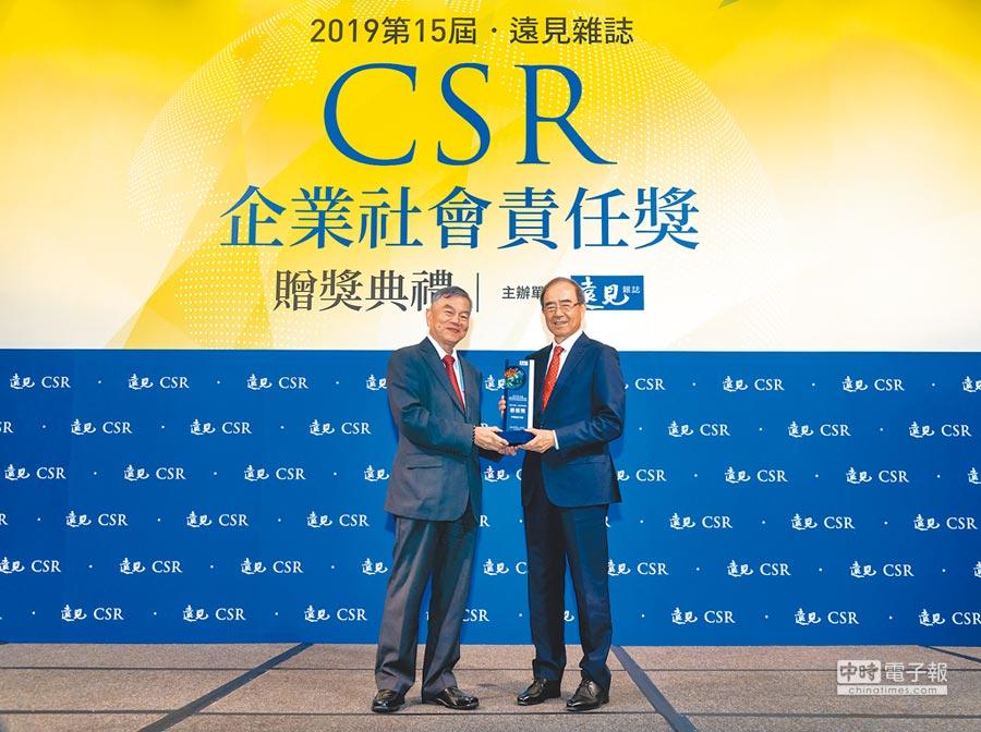 中國信託榮獲《遠見雜誌》CSR企業社會責任獎,由經濟部部長沈榮津(左)頒獎,中信金控董事暨中國信託投信董事長陳國世(右)代表受獎。(中信金提供)