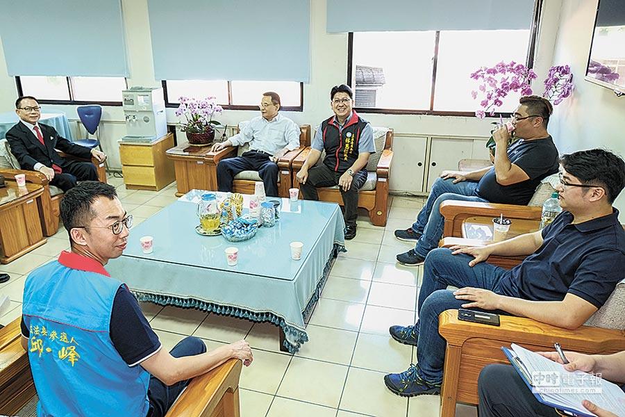 國民黨立委2選區初選5搶1,由議長張鎮榮(左上)協調決議採用全民調。(羅浚濱攝)