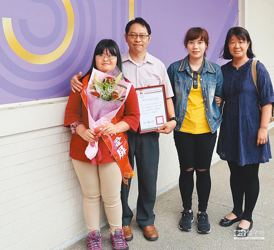 新竹市政府特別在51勞動節前夕,選出6名模範庇護員工,其中在喜憨兒烘焙餐廳服務的員工鄧愛屏(左一),經努力不懈的練習成為優質店員。(陳育賢攝)