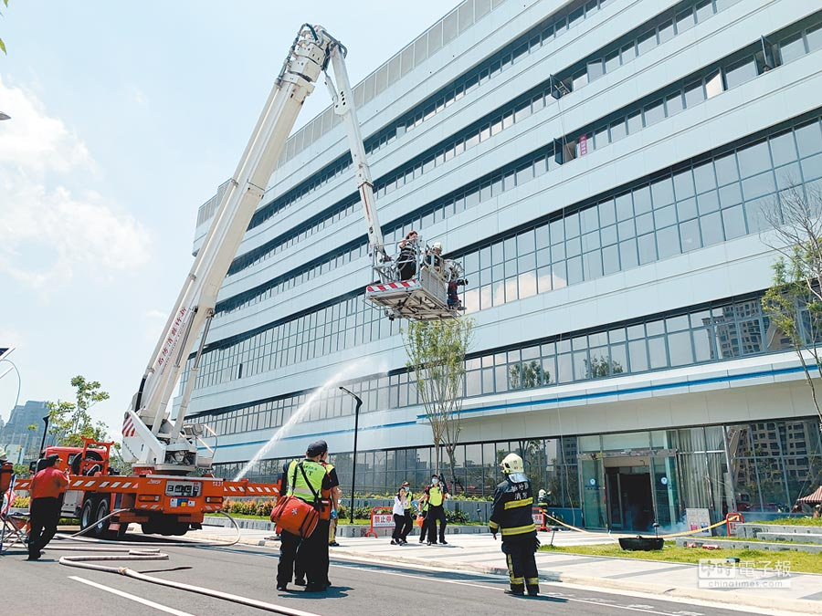 中醫大新竹附醫昨進行消防演練,雲梯車登樓協助病患脫困。(徐養齡攝)