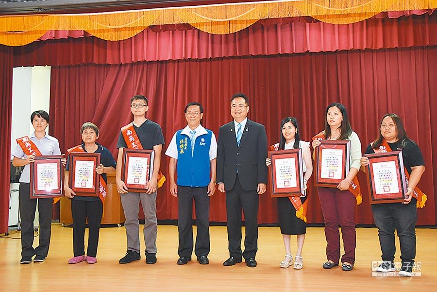 南投縣長林明溱(左四),表揚南崗工業區模範勞工。(廖志晃攝)