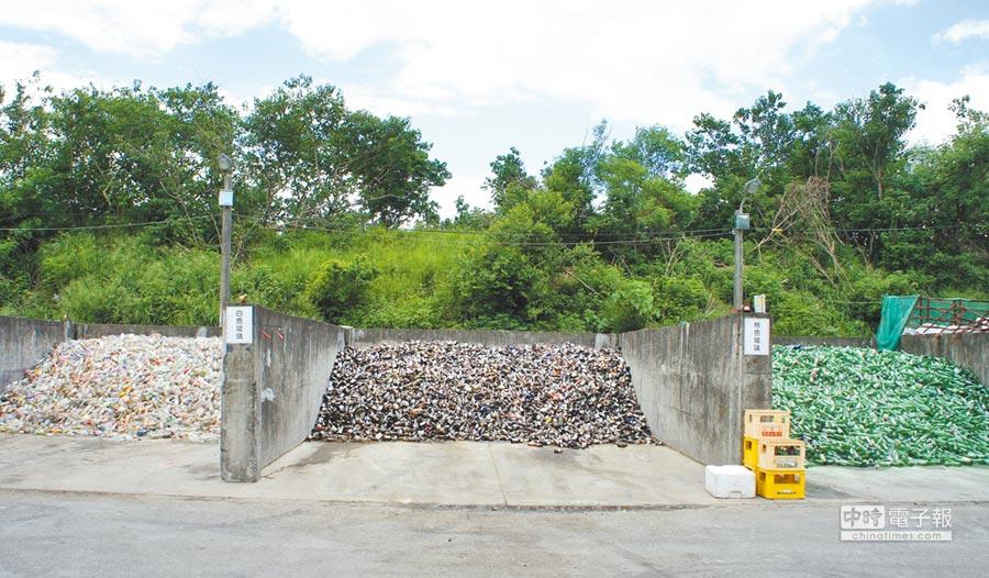 雲林縣二崙鄉清潔隊垃圾細分類多達21類,光是玻璃瓶就分為白色(左起)、褐色、綠色3類。(周麗蘭攝)