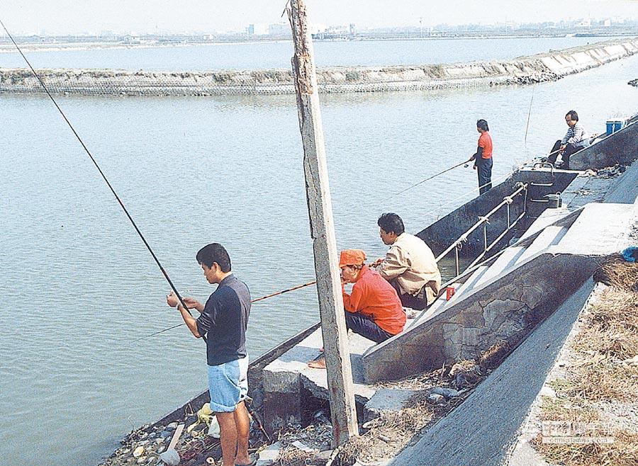 台西鄉水門釣客聚集,經常發生落水意外。(張朝欣攝)