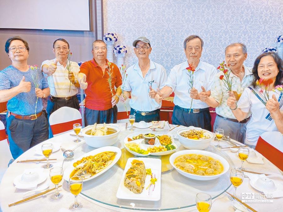 台南佳里餐飲業者研發10道以牛蒡入菜的料理,母親節當天將結合農遊辦活動。(莊曜聰攝)