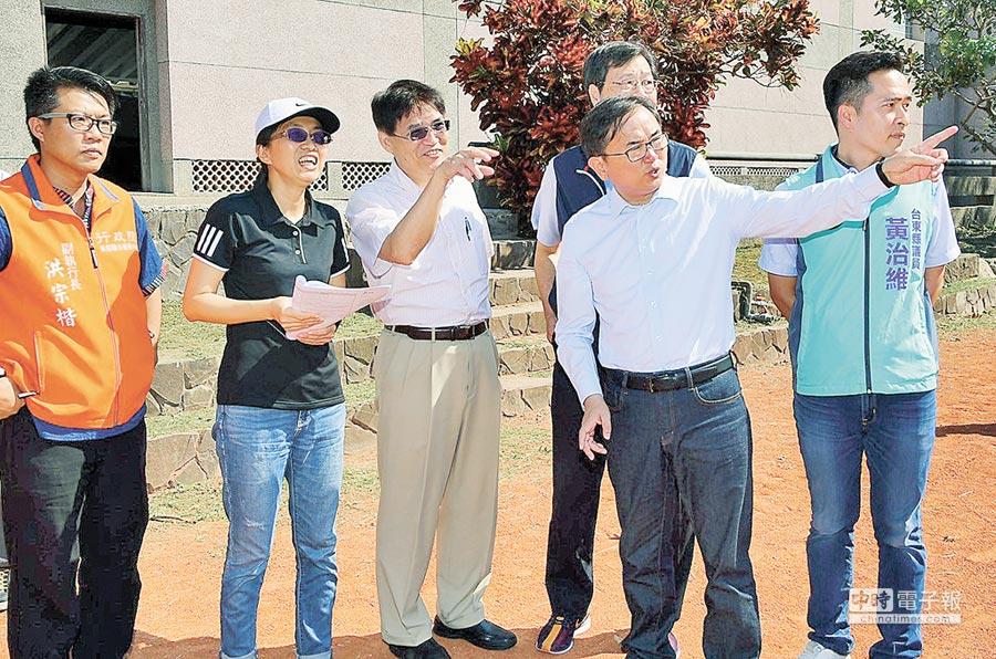 立委劉櫂豪(右二)與教育部體育署長高俊雄(左三)會勘東海國小運動場。(楊漢聲攝)