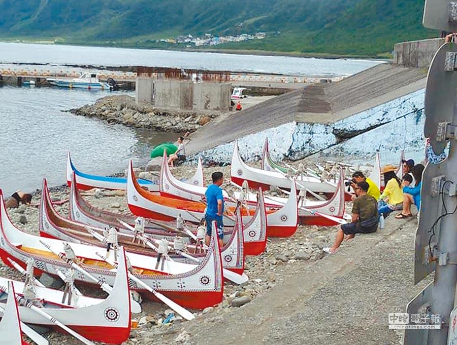 有觀光客在飛魚季期間逕自觸碰拼板舟,觸犯當地達悟族人禁忌。(楊漢聲翻攝)
