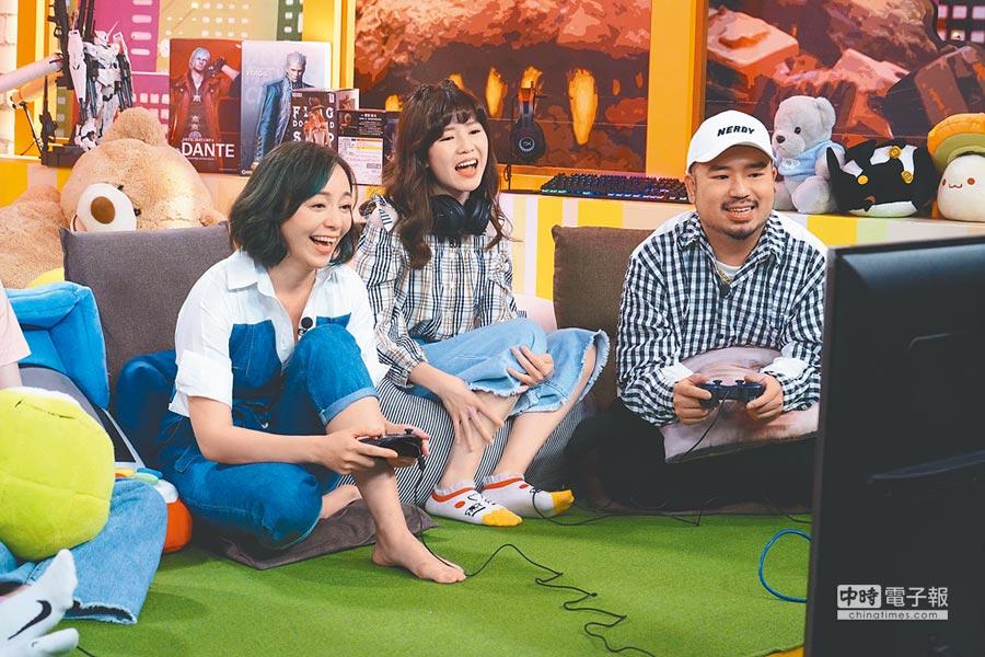 季芹(左)上節目與主持人阿達(右)、MOMO一起打電玩。