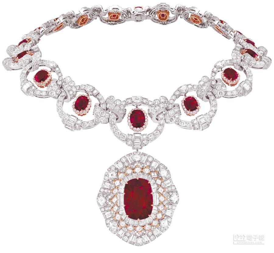 梵克雅寶Rubis flamboyant可轉換式項鍊套組,紅寶石鍊墜可換成鑽石鍊墜,搭配戒台又變成戒指,有多種變化組合。(Van Cleef & Arpels提供)