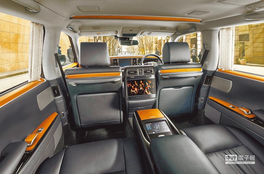 TOYOTA Century車內採用上好的木料、皮革和織品,搭配最現代化的電控設備,營造出優雅逸致的乘坐空間。(TOYOTA提供)