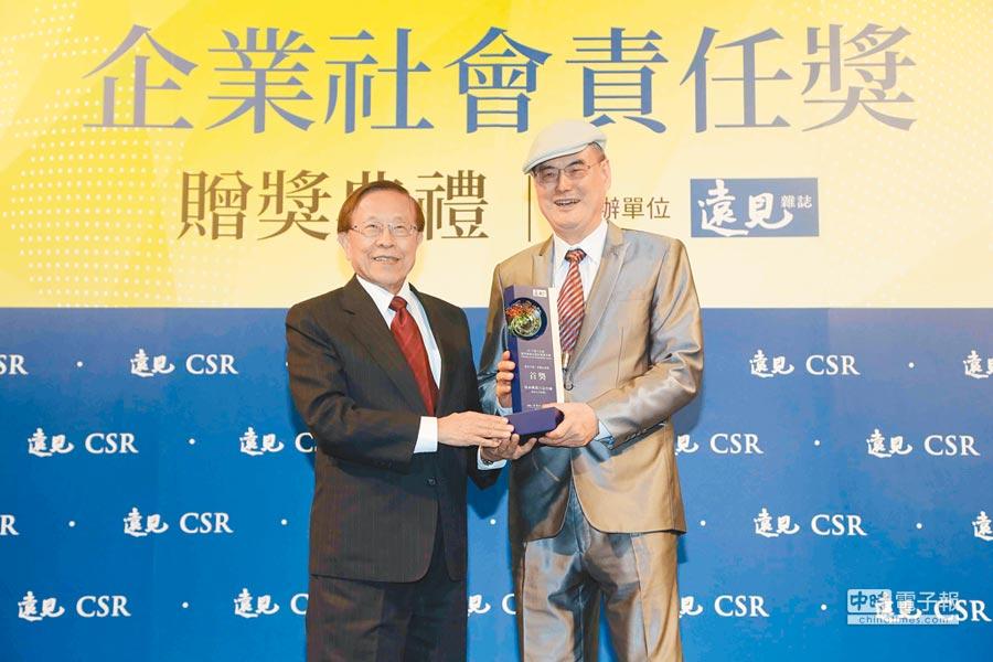 《遠見天下》創辦人高希均教授(左)頒發和泰大金幸福企業獎,和泰興業董事長蘇一仲領獎合影。(和泰大金提供)