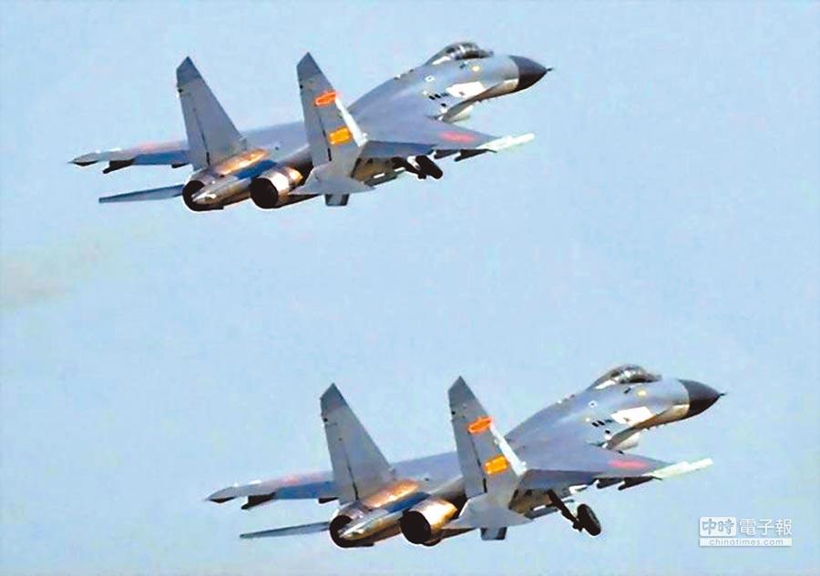 3月31日,兩架大陸殲-11B戰機逼近台海中線飛行。(取自中國軍網)
