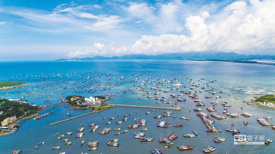 2017年8月16日,南海休漁期結束,廣東漁船排隊駛向大海。(新華社)
