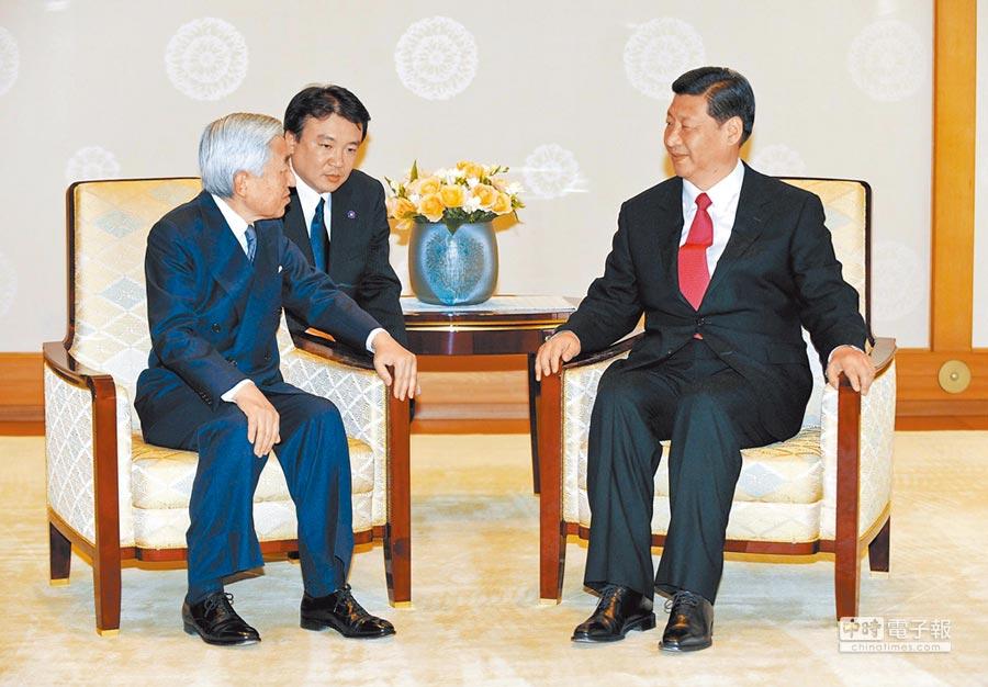 2009年12月15日,時任大陸國家副主席習近平(右)在東京日本皇宮會見日本天皇明仁。(新華社)