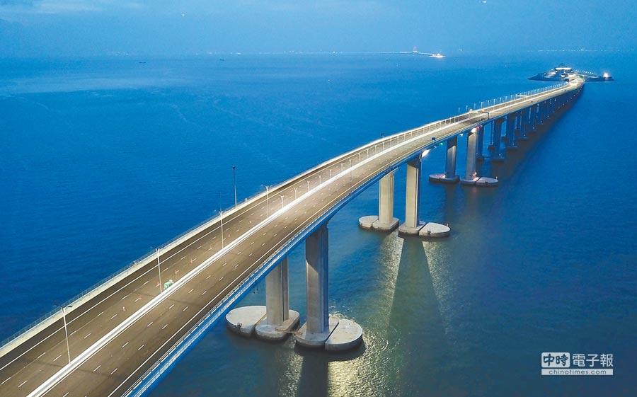 「粵港澳大灣區」是大陸國家主席習近平推動的重大戰略方案。圖為2018年6月拍攝的港珠澳大橋夜景。(中新社)