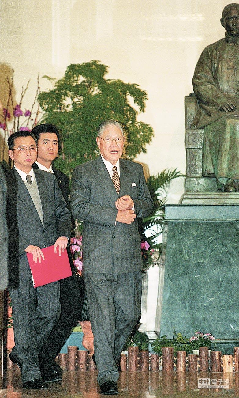 在李登輝與江澤民執政的1990年代,兩岸曾存在密使溝通管道。圖為2000年2月,時任總統李登輝與辦公室主任蘇志誠(左一)。(本報系資料照片)